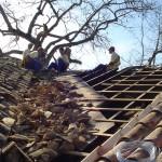 Aprendizes restaurando Telhado